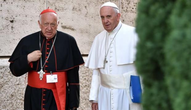 El ex arzobispo de Santiago de Chile, Ricardo Ezzati y el Papa Francisco. Foto cortesía