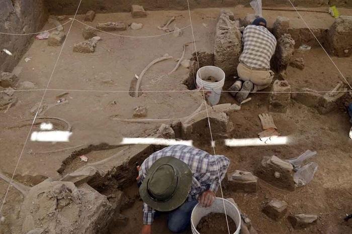 Investigadores del INAH delimitaron la zona para iniciar el rescate de los restos óseos que serán patrimonio de la localidad. Foto cortesía
