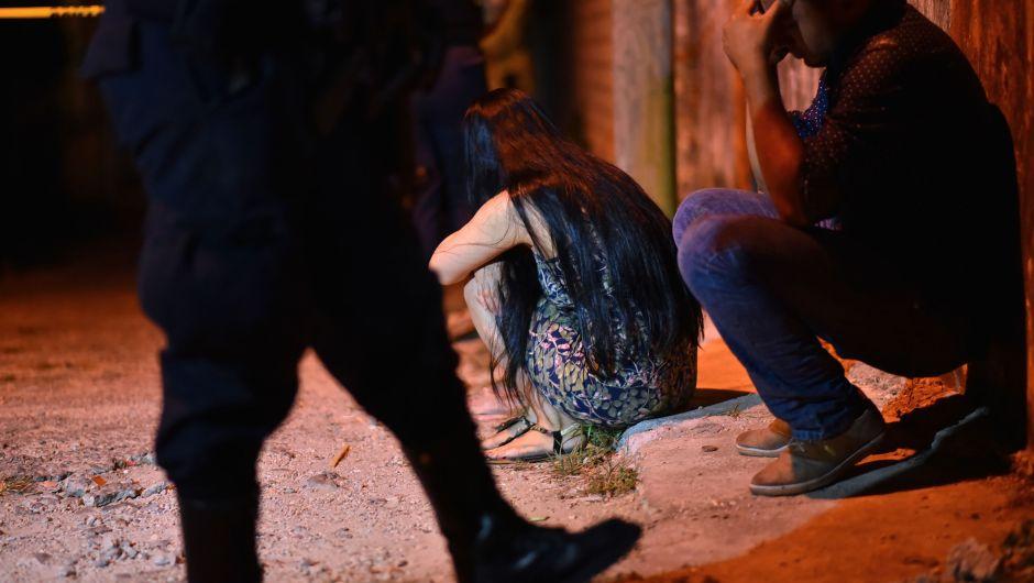 Familiares y amigos se lamentan frente al lugar donde murieron 14 personas incluido un niño, en un tiroteo en Minatitlán.Foto cortesía
