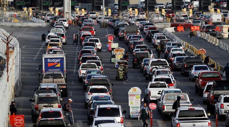 Filas de vehículos que esperan pasar la inspección en la frontera en el punto de entrada San Ysidro, en Tijuana. Foto cortesía