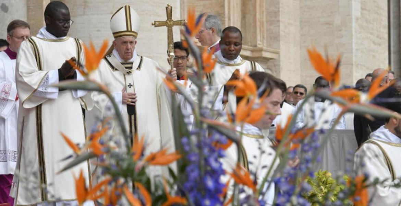 Francisco ofreció su mensaje de Pascua desde la logia central de la basílica de San Pedro del Vaticano. Foto cortesía