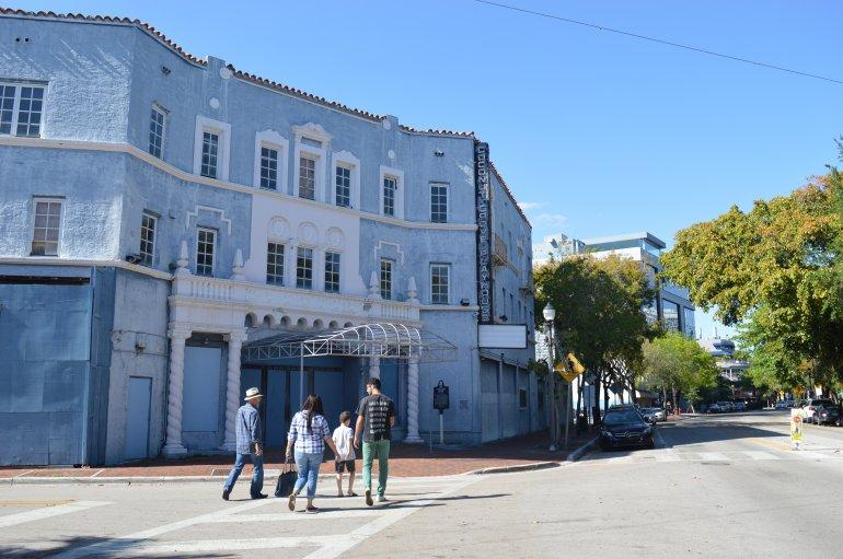 Fachada del teatro Coconut Grove Playhouse tras 13 años de abandono. Foto cortesía