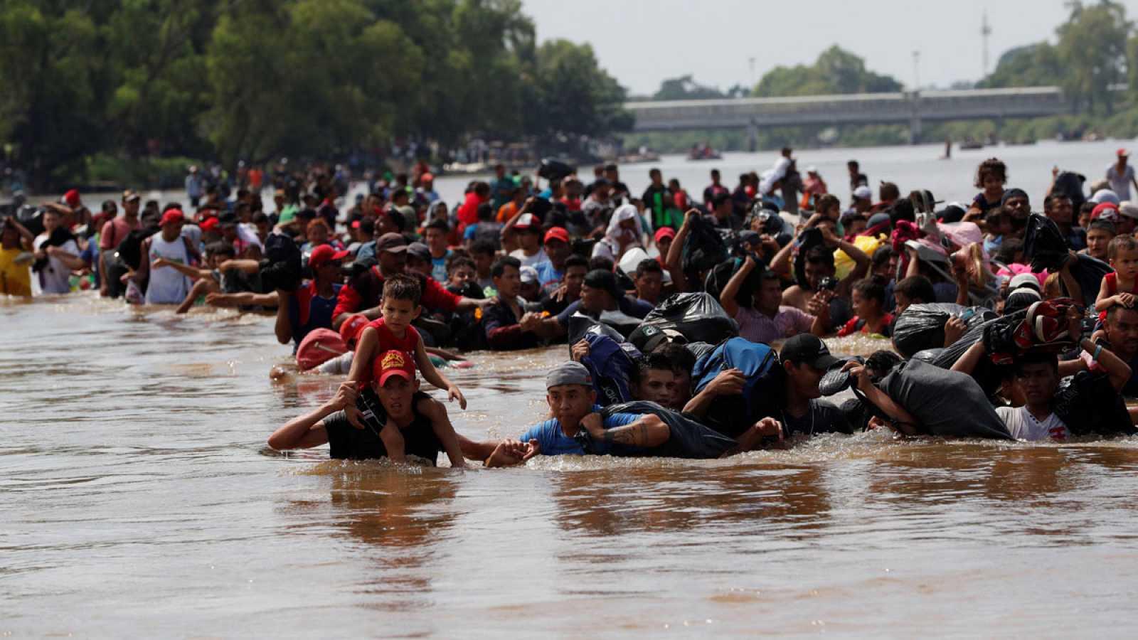 Caravana de migrantes atravesando el río que separa Guatemala y México. Foto cortesía