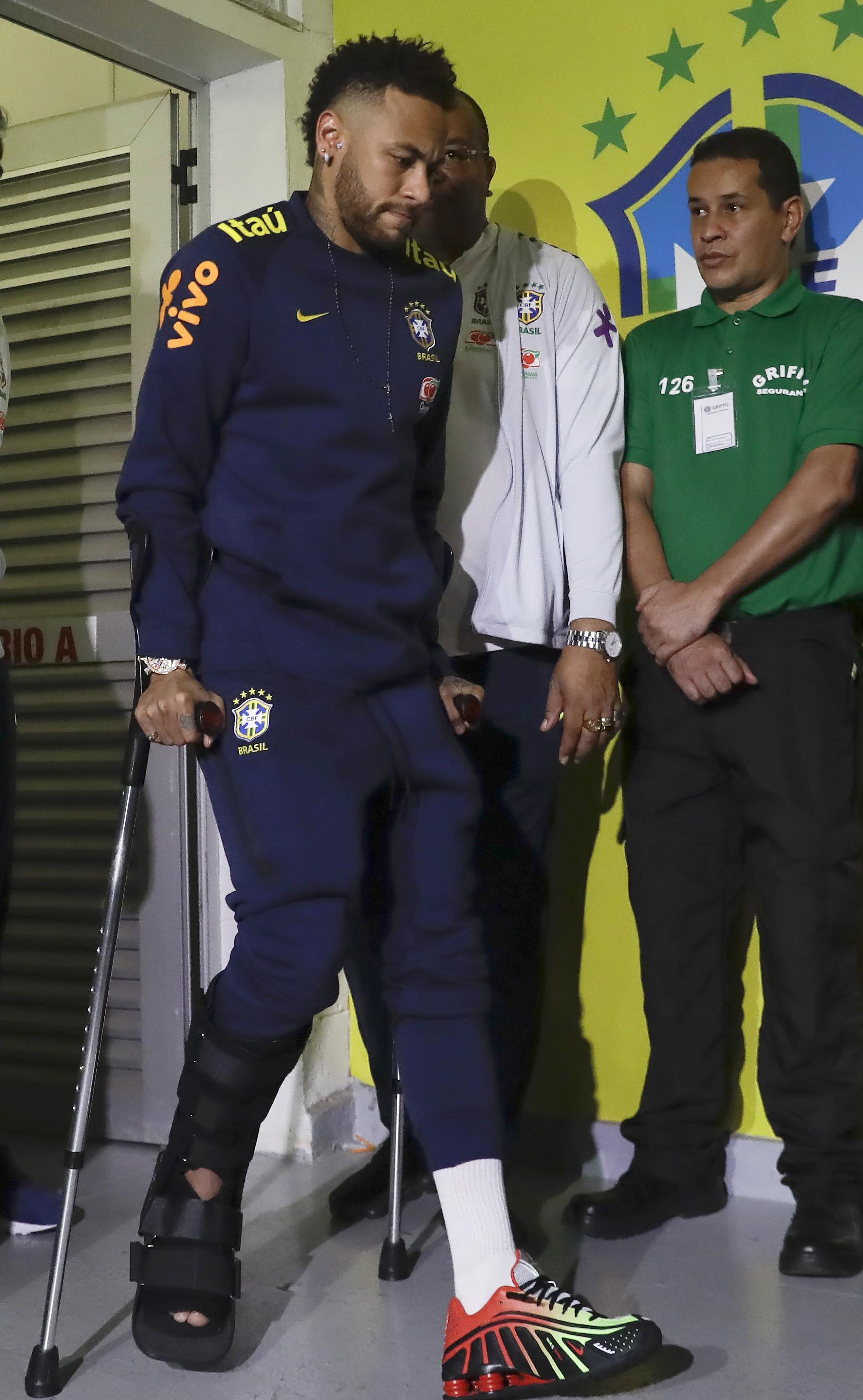 El delantero brasileño salió en muletas tras un duelo amistoso con Catar. Foto cortesía