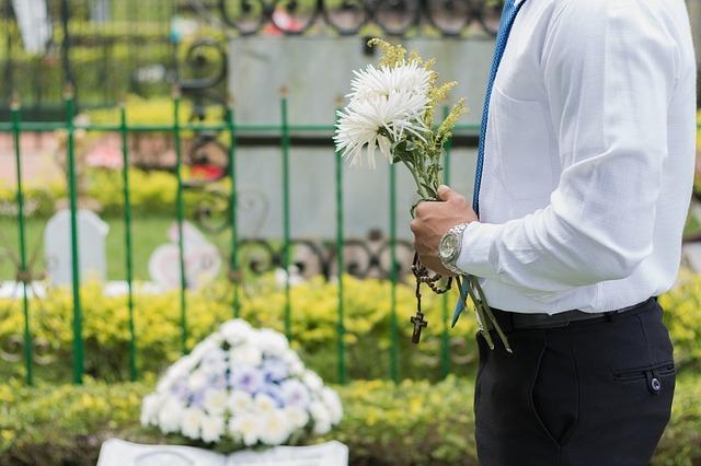Barrera para latinos Conseguir ayuda de FEMA para pagar por funerales de COVID