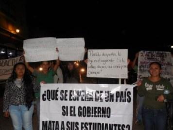 estudiantes indignados ante desaparición de normalistas.
