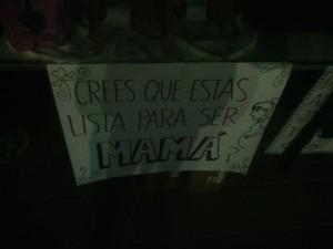 Había gran cantidad de carteles con frases que invitaban a la reflexión.