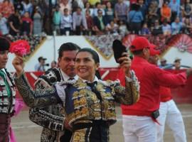 Lupita López corta una oreja en la Corrida de la Mujer