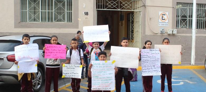 Padres de familia se manifestaron en DRSE ante destitución de profesor en escuela Clemente Orozco