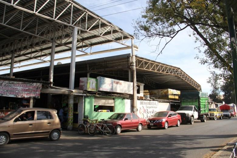 Locatarios del tianguis municipal inconformes por retraso en obras de remodelación de baños públicos