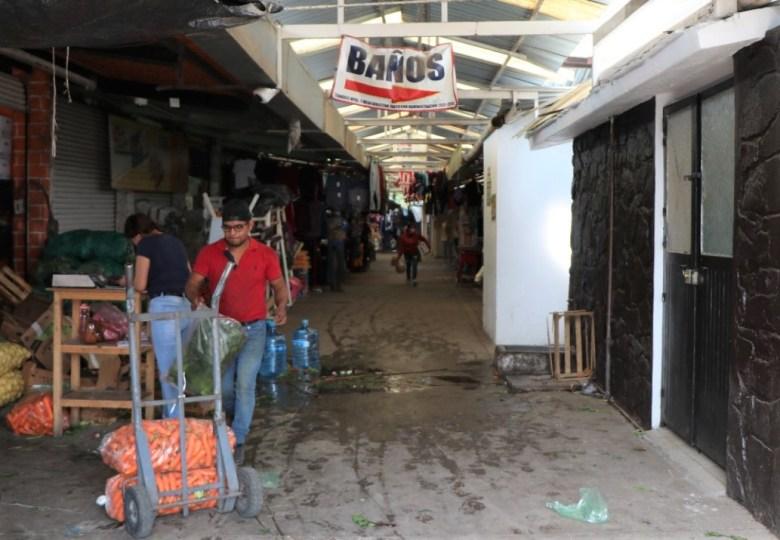 Locatarios de tianguis de Ciudad Guzmán protestan por falta de baños dignos