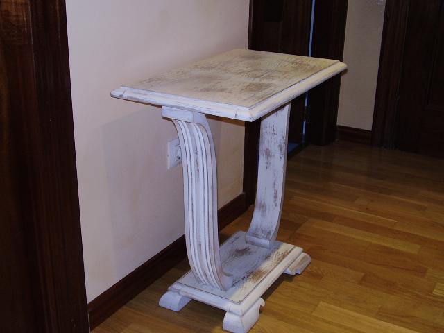 mesa de madera en acabado decape