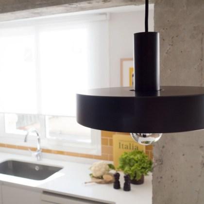 Lámpara negra en cocina