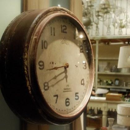 15escaparate_tienda_estilo_industrial_valencia_eltallerdecarola_reloj_pared