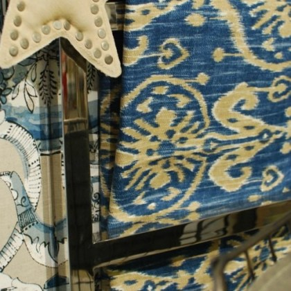 detalle escalera de metal cromado, tela ikat azul