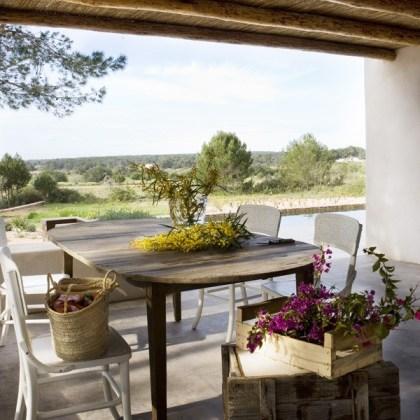Sillas blancas thonet y mesa de madera natural