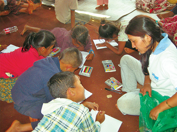 Sarita-talking-wtih-kalking-with-kids-at-temporary-class-in-Sindhupalchok_20150530101208