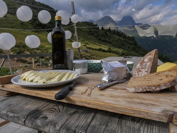 Brot, Käse, Butter und frische Molke