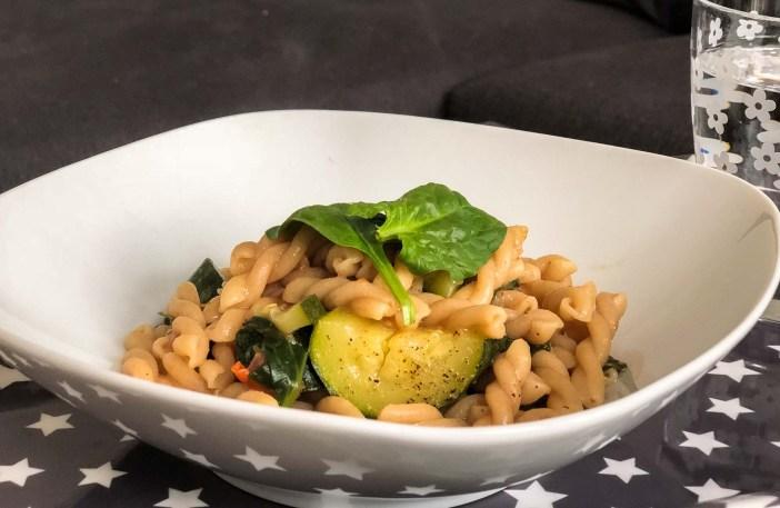 One Pot Pasta, einfach, Rezept, kochen, schnell, alles in einem Topf, Knorr, Gemüse, Bouillon, Würfel, Tomaten, Spinat, Zucchini, Pasta