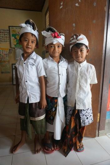 Schuljungen in ihrem Klassenzimmer