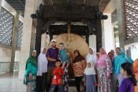 Eigentlich sollte es nur ein Famioienbild werden, aber sofort drängten sich viele der Umstehenden in der Istiqlal-Moschee mit auf das Bild :)