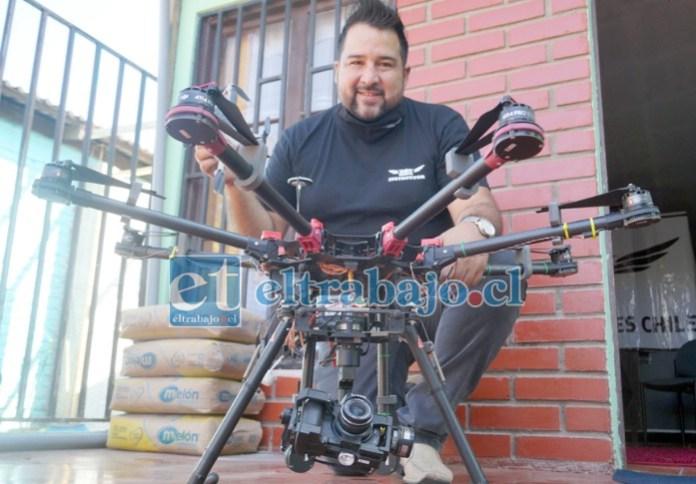 JUGUETES DE VERDAD.- Francisco Vergara nos muestra uno de sus drones más grandes, la importancia de estos cursos, es que con ellos se puede adquirir licencia profesional para manejarlos.