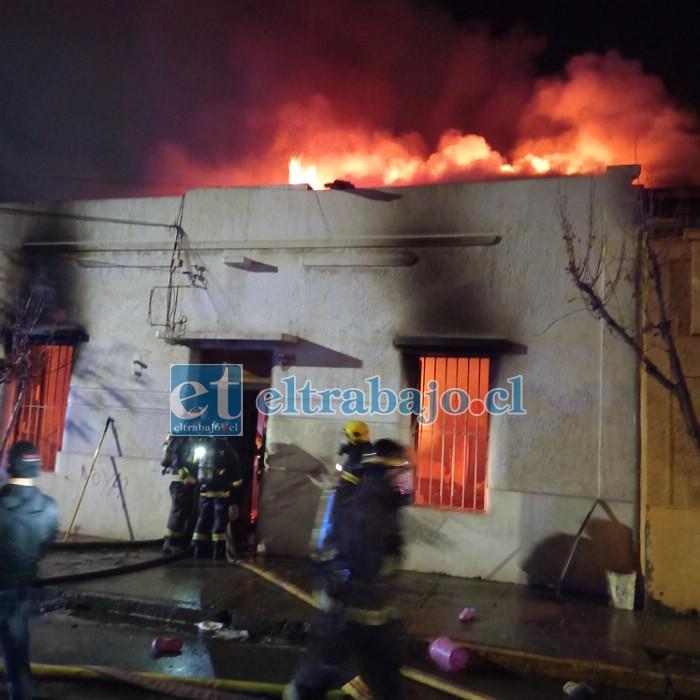 Inmensas lenguas de fuego sobresalían del techo de la vivienda, debiendo concurrir hasta el lugar varias unidades de Bomberos. (Foto gentileza Gabriel Orellana Pezoa)