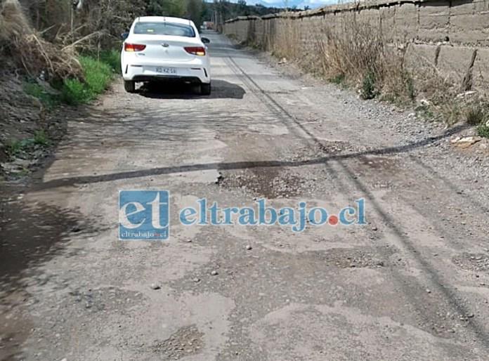 Una larga e interminable fila de agujeros en el pavimento deben sortear los vehículos en calle El Convento.
