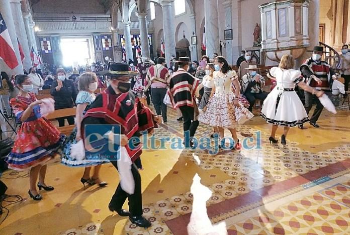Así lucieron estos huasos con sus chinas en el centro del templo católico, una postal que nos da esperanza ante la pandemia que sigue afectando a la humanidad.