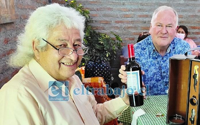 GRACIAS POR SU TRABAJO.- Carlos Montenegro y Helmut Kauffmann, dos experimentados educadores ahora jubilados.