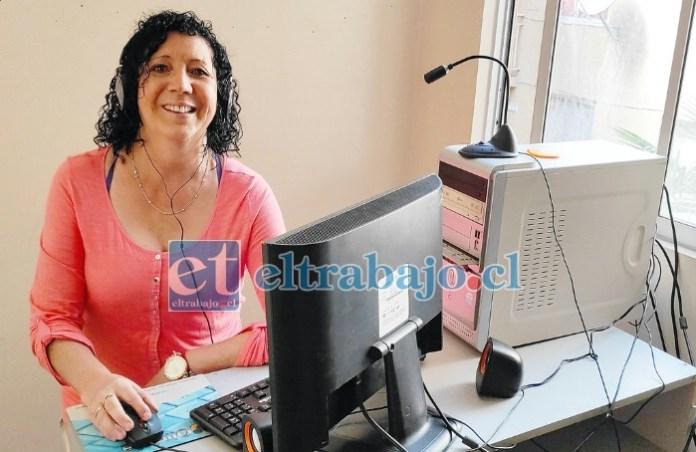 RADIO SER FELIZ.- En una habitación de su departamento acá en San Felipe, Matilde está instalando sus dispositivos para empezar a transmitir este martes con su Radio Ser Feliz.