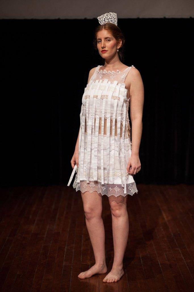 Mujer de pie con vestido tejido