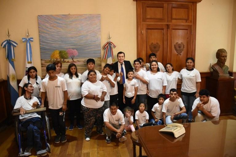 Gobernador recibió alumnos del Centro de Día Municipal Recrearte de Quimilí