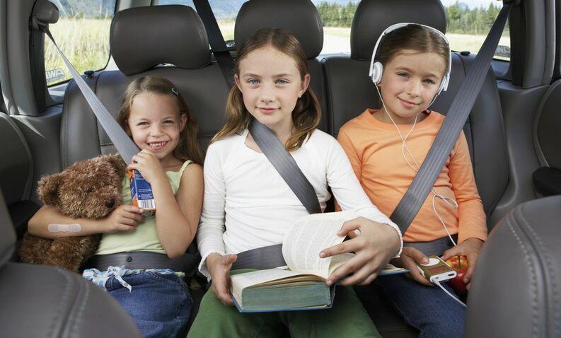 cinturón coche niños incorrectamente colocado