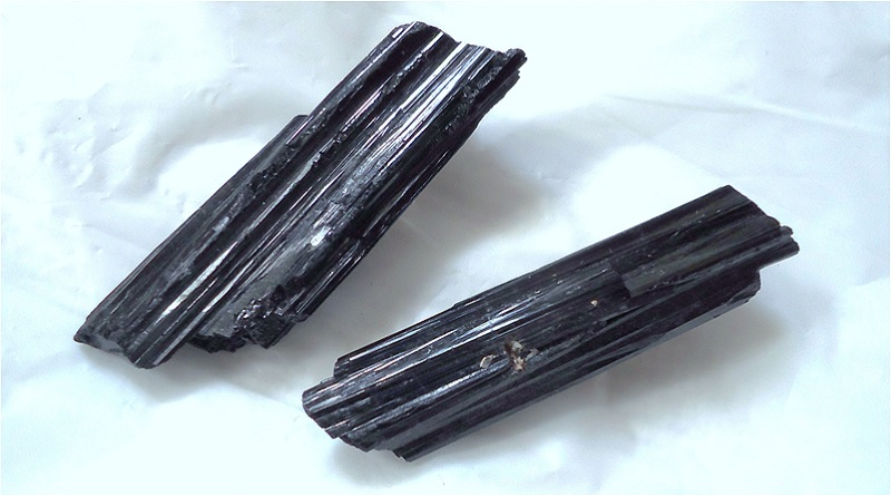 Black Tourmaline - Black Tourmaline Meaning - Elune Blue (800x445)