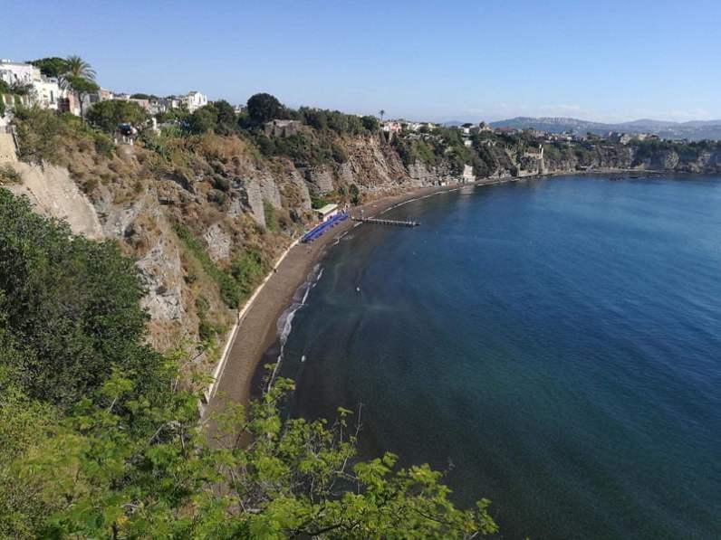 Acantilado en la costa de Procida en Italia