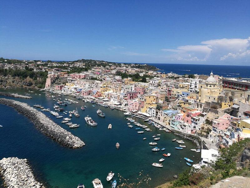 Corricella en la isla de Procida en Italia