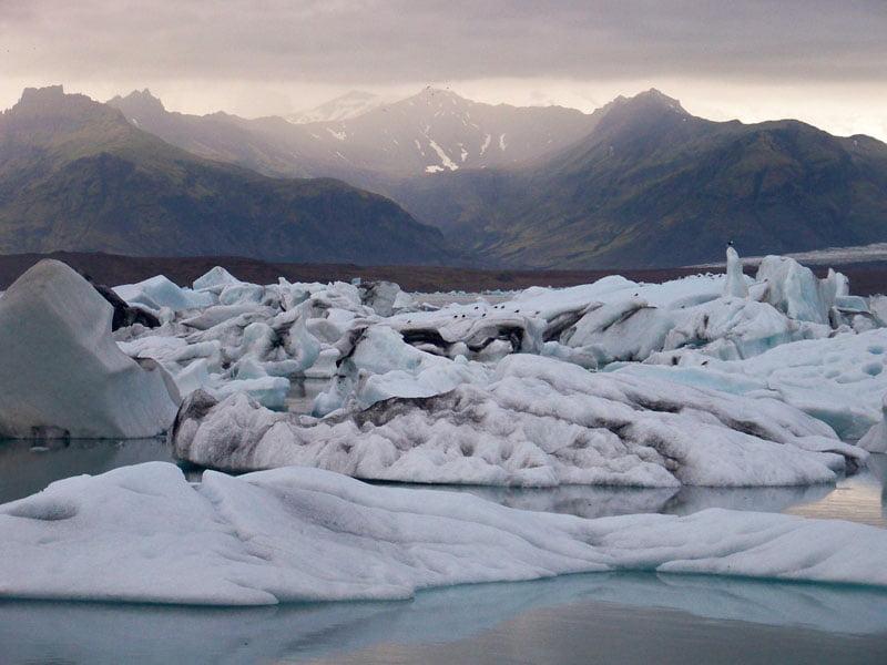 Es la tierra del hielo y fuego, donde volcanes y glaciares se miran desafiantes