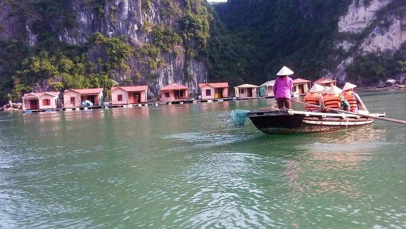 Entre peñones por Halong Bay