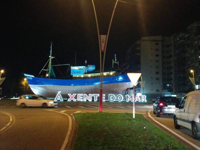 Viendo el barco de noche