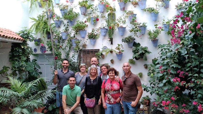 Cuidadores del Patio Juan Rufo, miembros del equipo de El Viajero Accidental y amigos