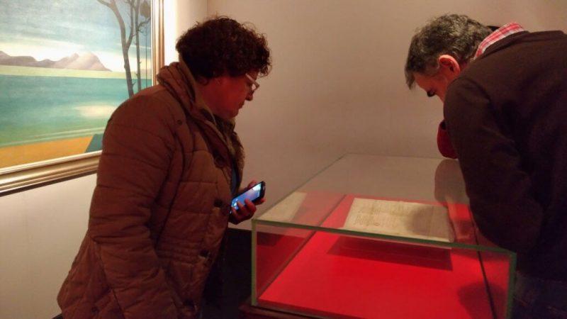 Carmen del Río contemplando el Pergamino Vindel