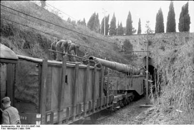 Bundesarchiv_Bild_101I-311-0947-14A,_Italien,_Eisenbahngeschütz_vor_Tunnel
