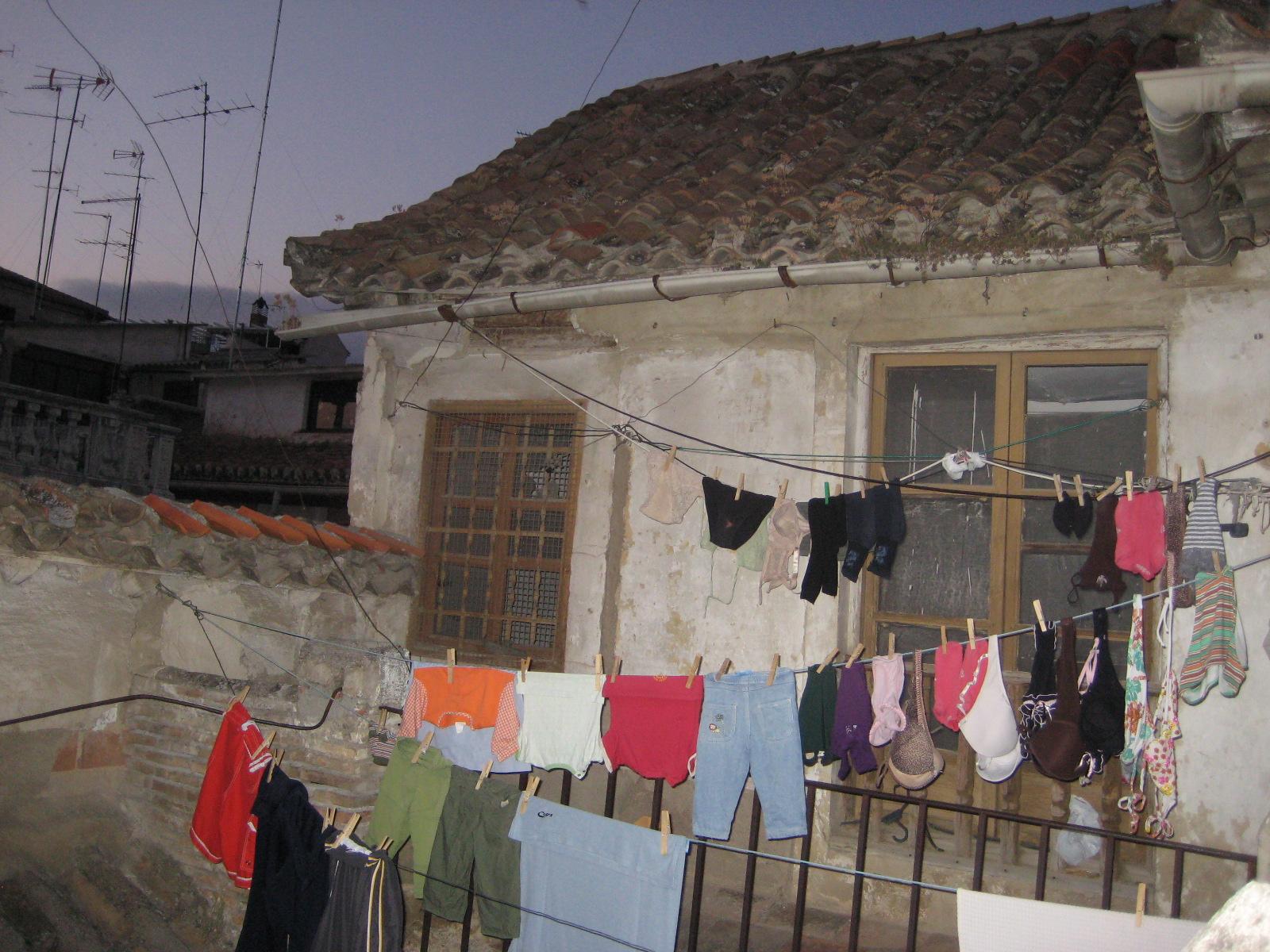 Dopo che la lavadora ha finito..Dove stendere i panni se non sul tetto?