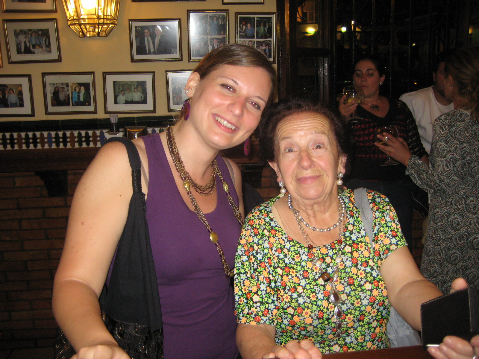 Maria y yo despues de algunas copas de vino tinto (claro, no?)