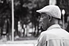 Homen observando peixes no lago do Parque da Luz |SP | Elza Cohen