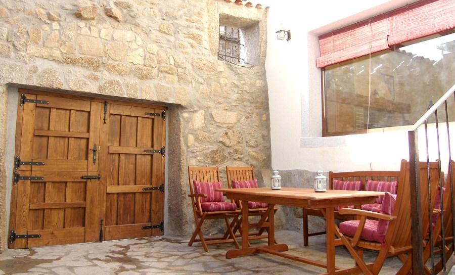 Patio exterior de la casa rural El Zahorí