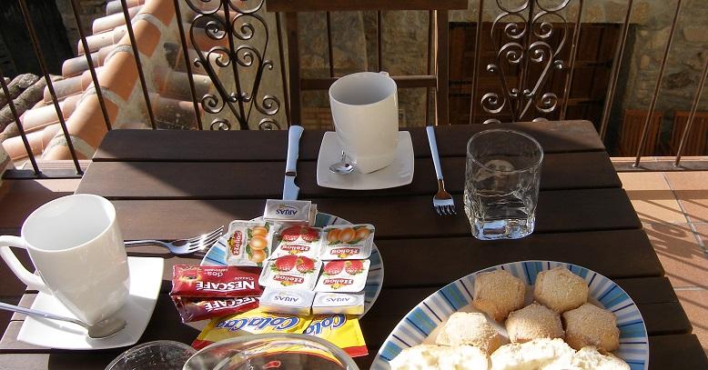 Desayuno listo en la terraza del dormitorio principal