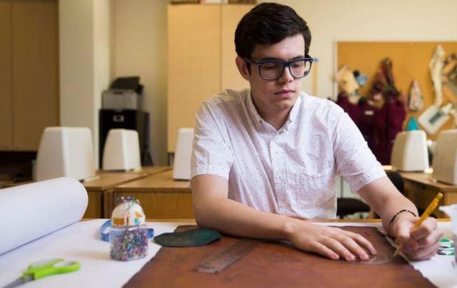 Un estudiante de diseño de moda cultiva su propia ropa
