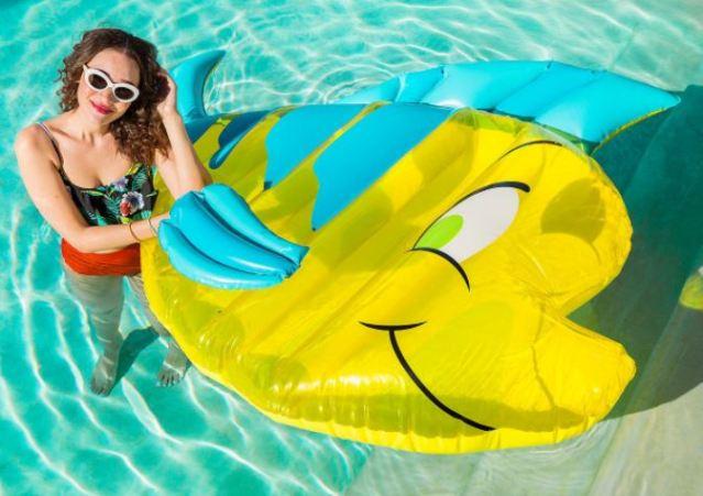 La colección de flotadores de Disney que te hará sentirte como Ariel